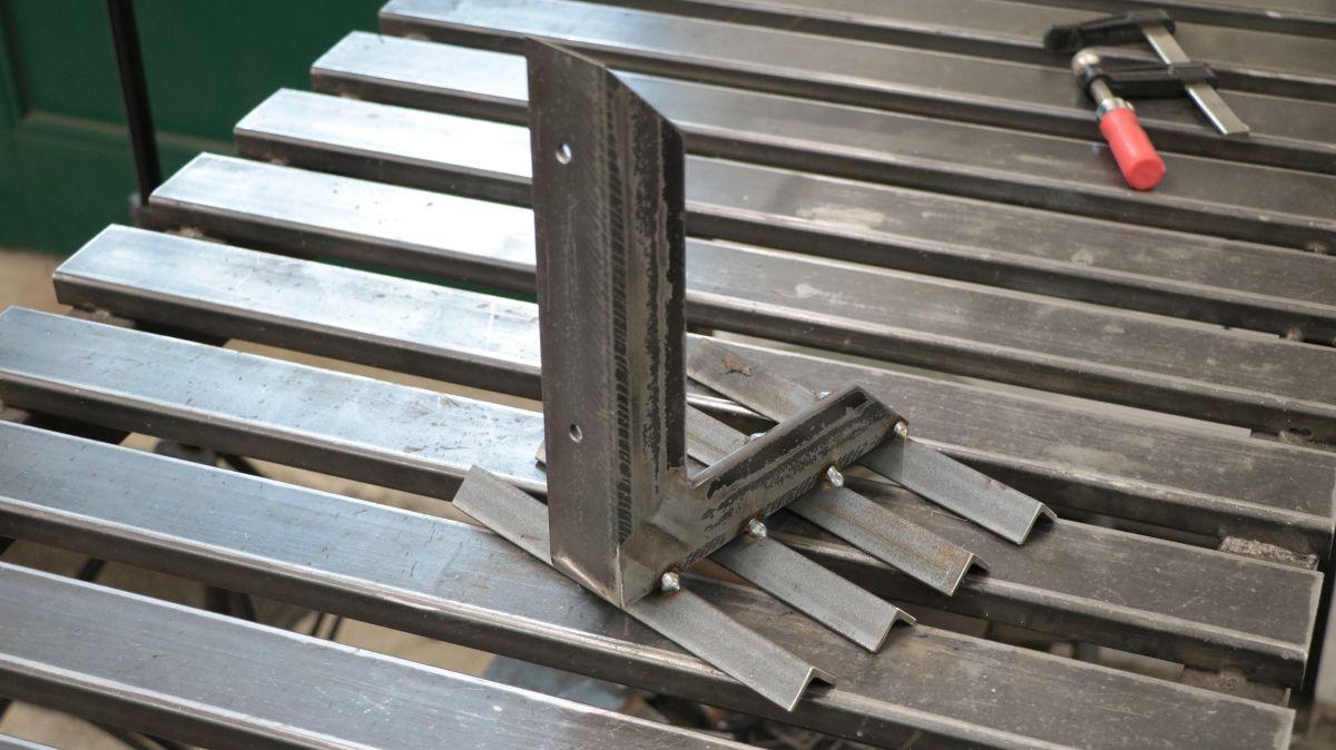 flexible-werkzeughalter-metall-und-holzwerkstatt-sinnvoll-einrichten-wandhalter-schlosserwinkel-geschweisst-19bf3bc4.jpeg