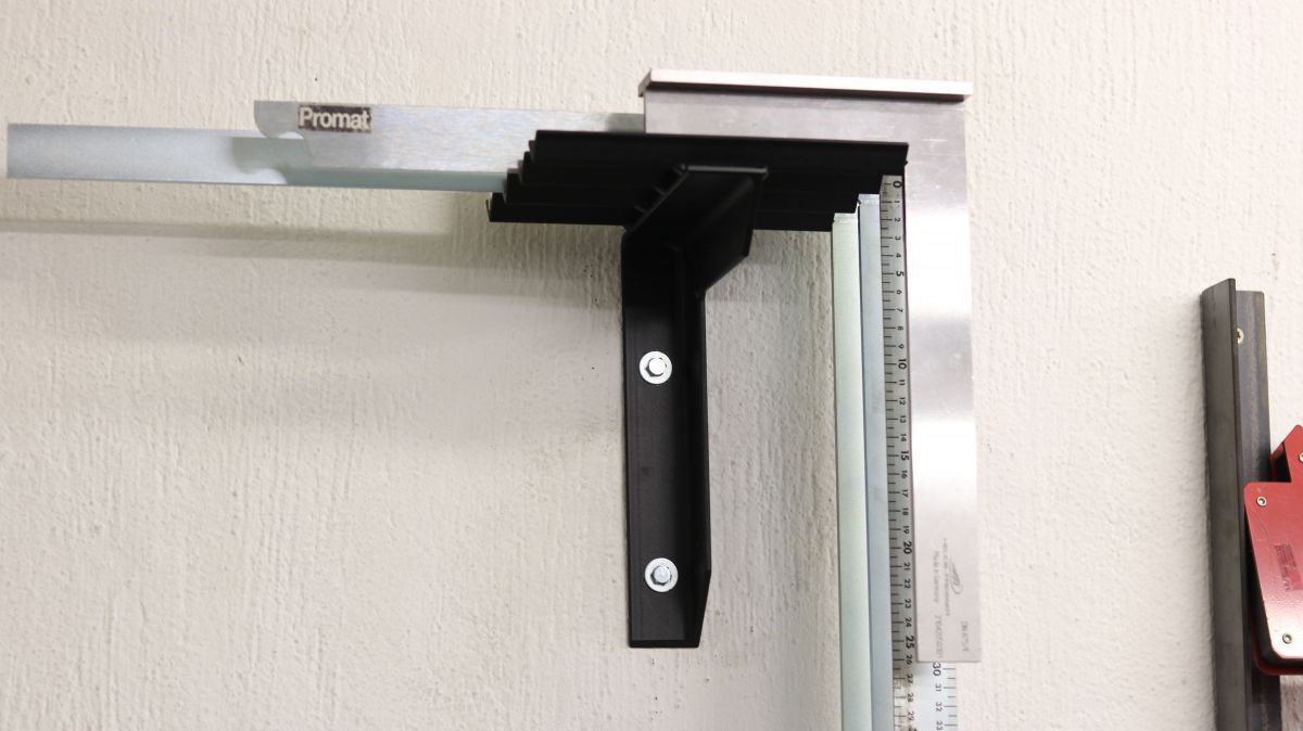 flexible-werkzeughalter-metall-und-holzwerkstatt-sinnvoll-einrichten-wandhalter-schlosserwinkel-lackiert-montiert-65b5e80f.jpeg