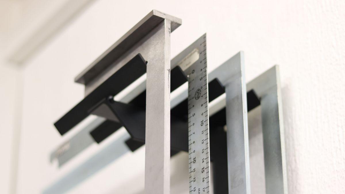 flexible-werkzeughalter-metall-und-holzwerkstatt-sinnvoll-einrichten-wandhalter-schlosserwinkel-lackiert-montiert-69b2e859.jpeg