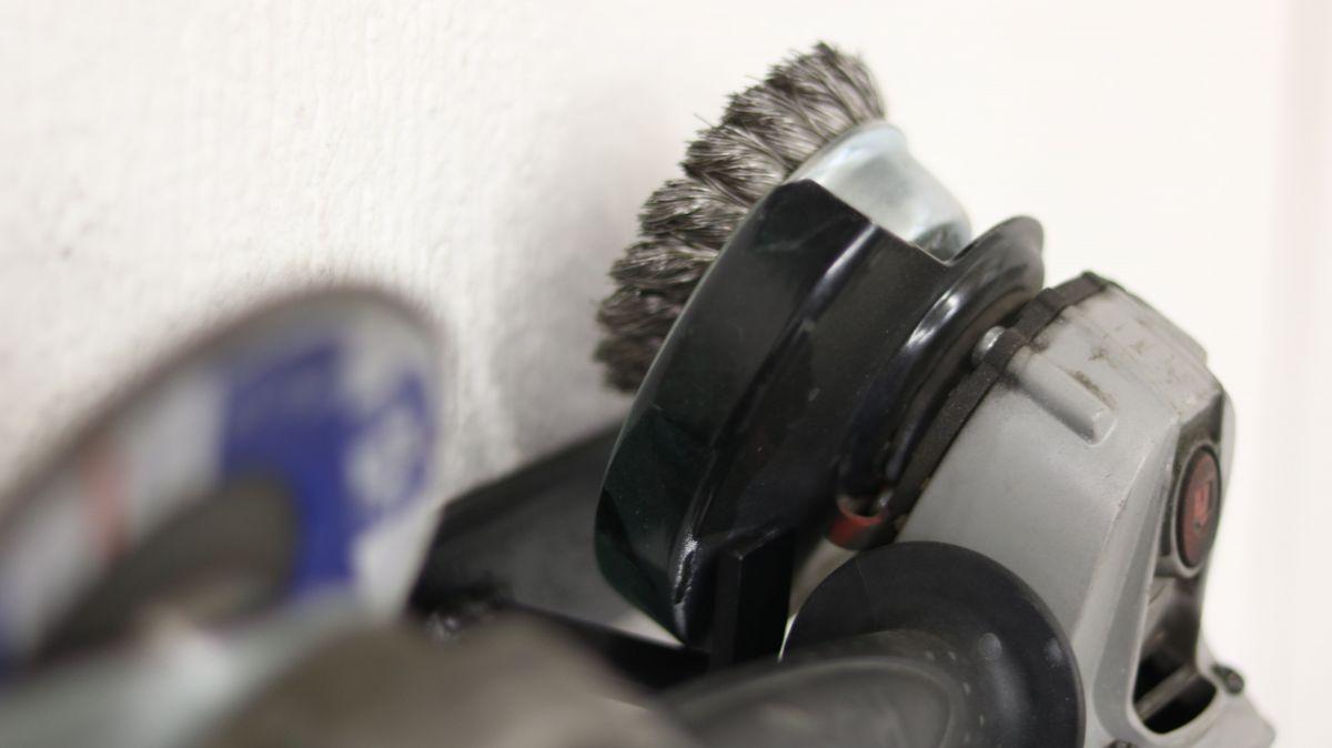 flexible-werkzeughalter-metall-und-holzwerkstatt-sinnvoll-einrichten-wandhalter-winkelschleifer-76620006.jpeg