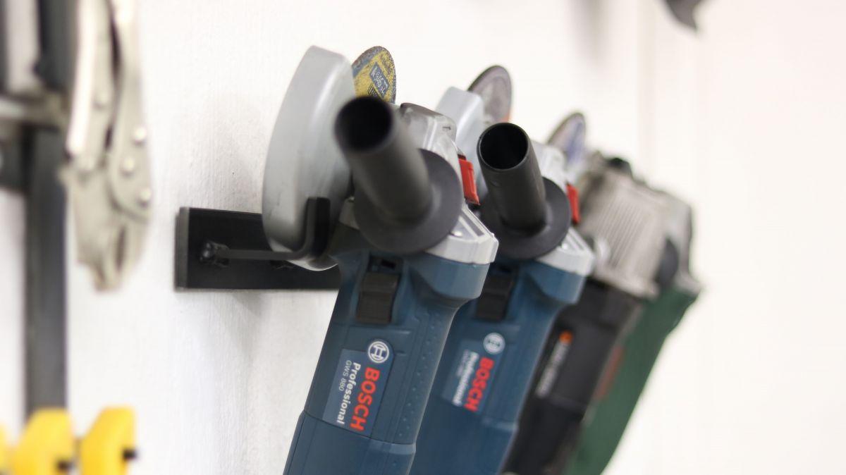 flexible-werkzeughalter-metall-und-holzwerkstatt-sinnvoll-einrichten-wandhalter-winkelschleifer-lackiert-a2a1fc3a.jpeg