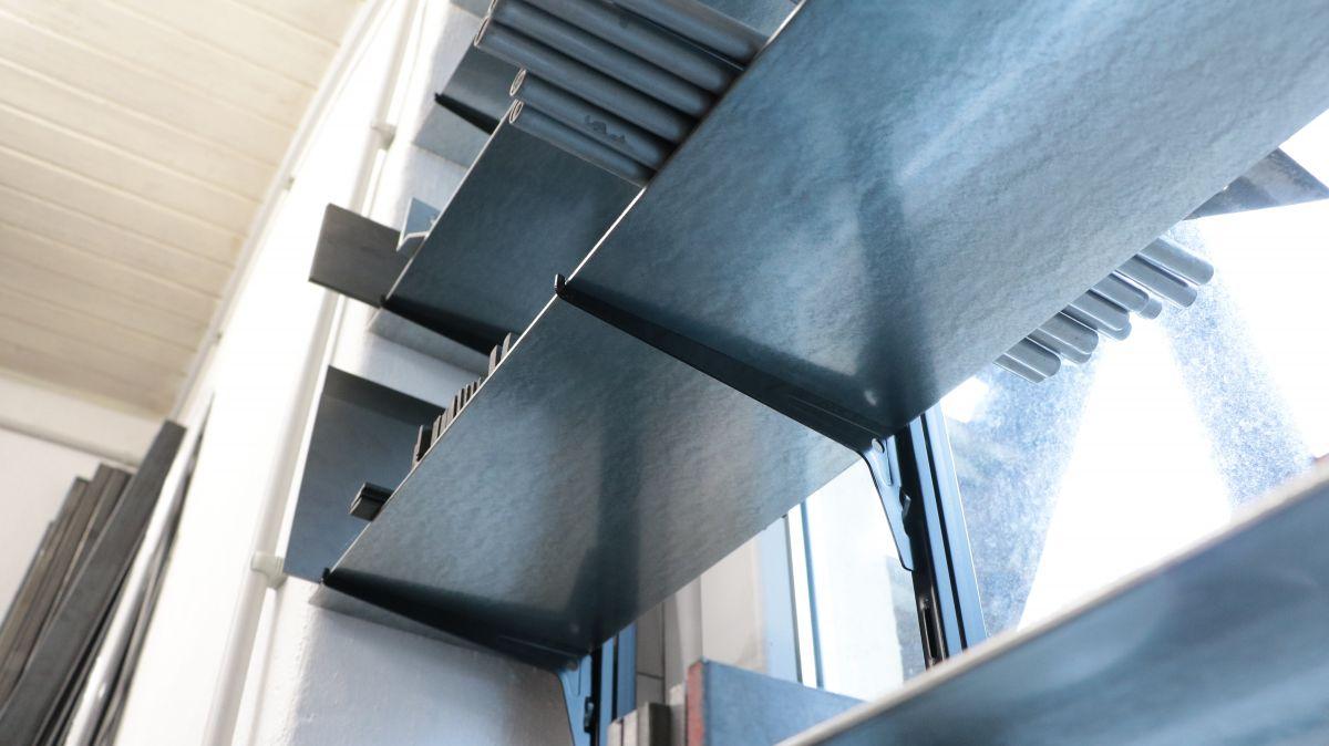flexibles-fenster-regal-aus-stahl-regalsystem-fenster-bf577d09.jpeg