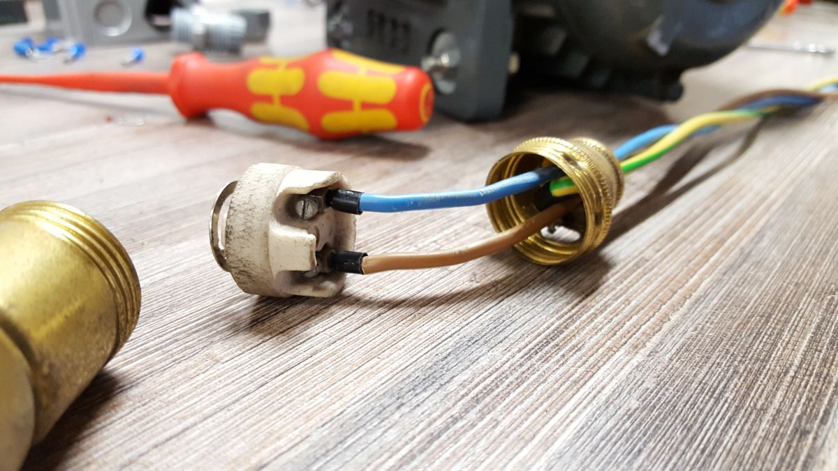 flott-tb10-reparatur-leuchte-fassung-neue-adern-7945b729.jpeg