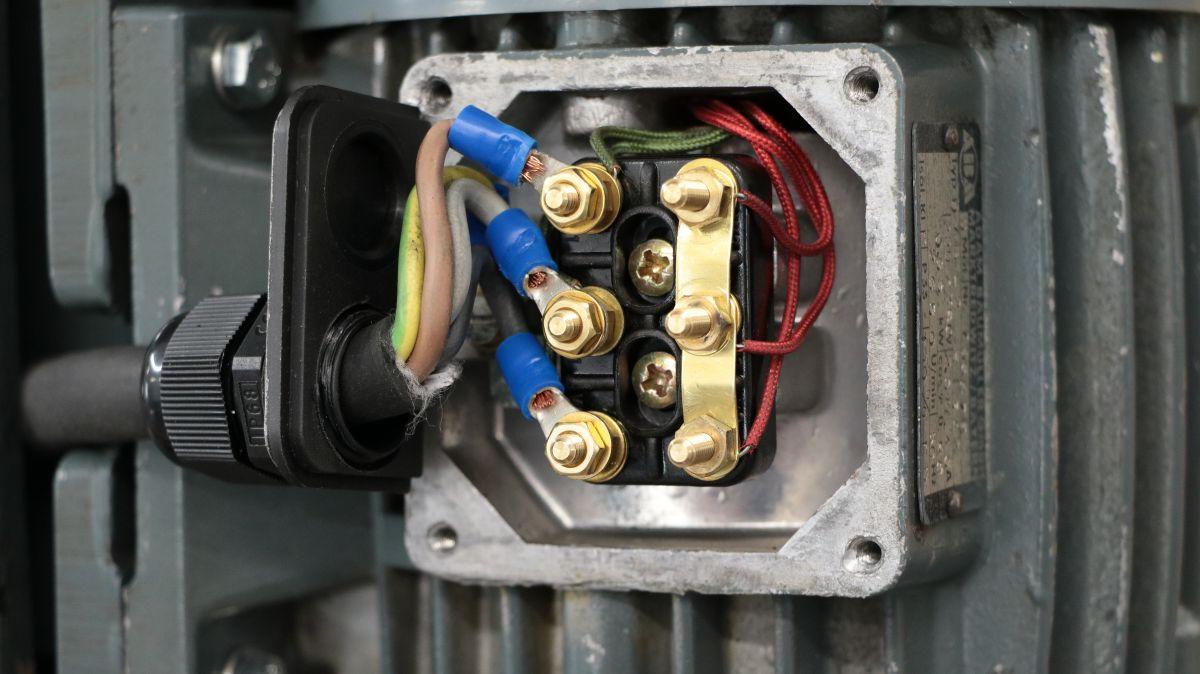 flott-tb10-reparatur-motor-drehstrom-anschluss-0497673f.jpeg