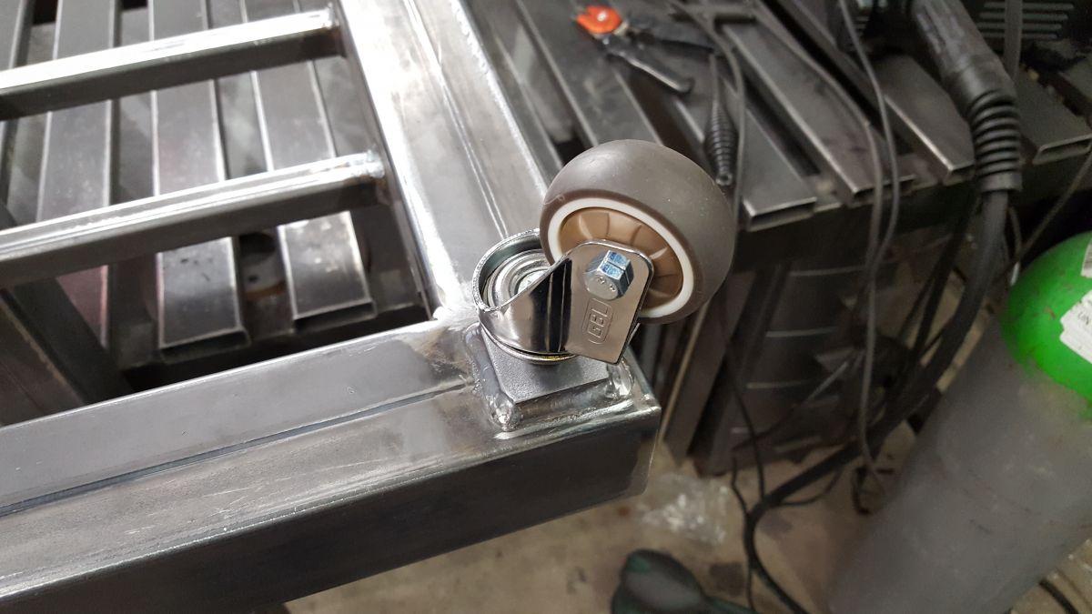 hoehenverstellbarer-schweissgeraetewagen-rolle-angeschweisst-9aa31043.jpeg