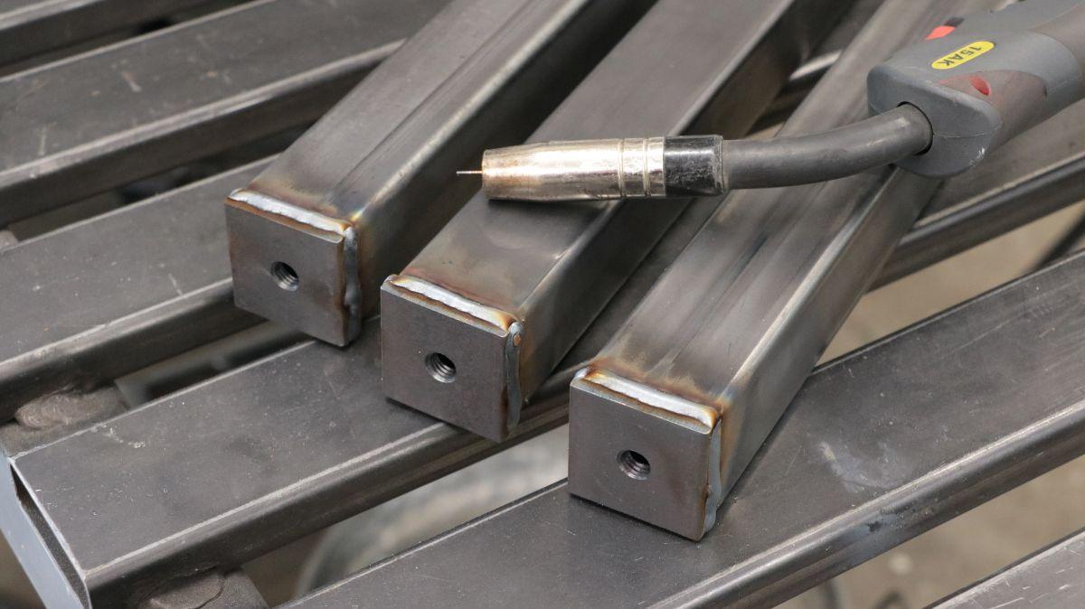 mobiler-montagetisch-fuer-die-werkstatt-fussplatten-vierkantrohr-schweissen-97786ad9.jpeg