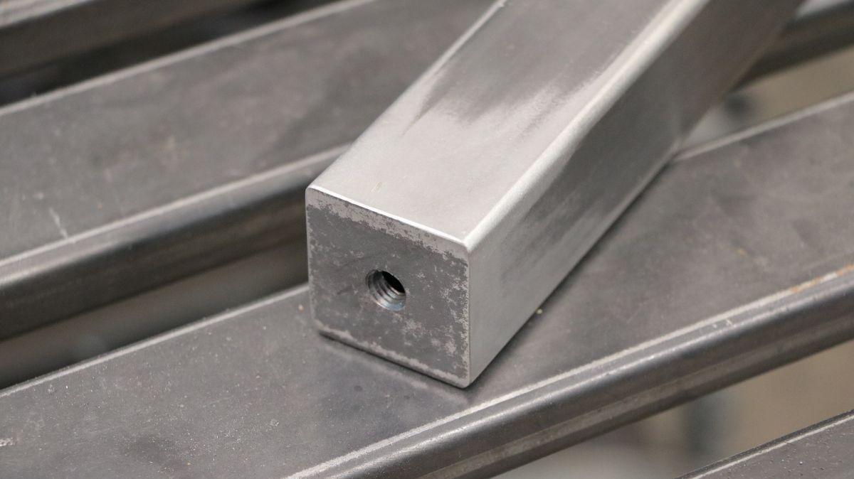 mobiler-montagetisch-fuer-die-werkstatt-tischbein-geschliffen-ee306088.jpeg