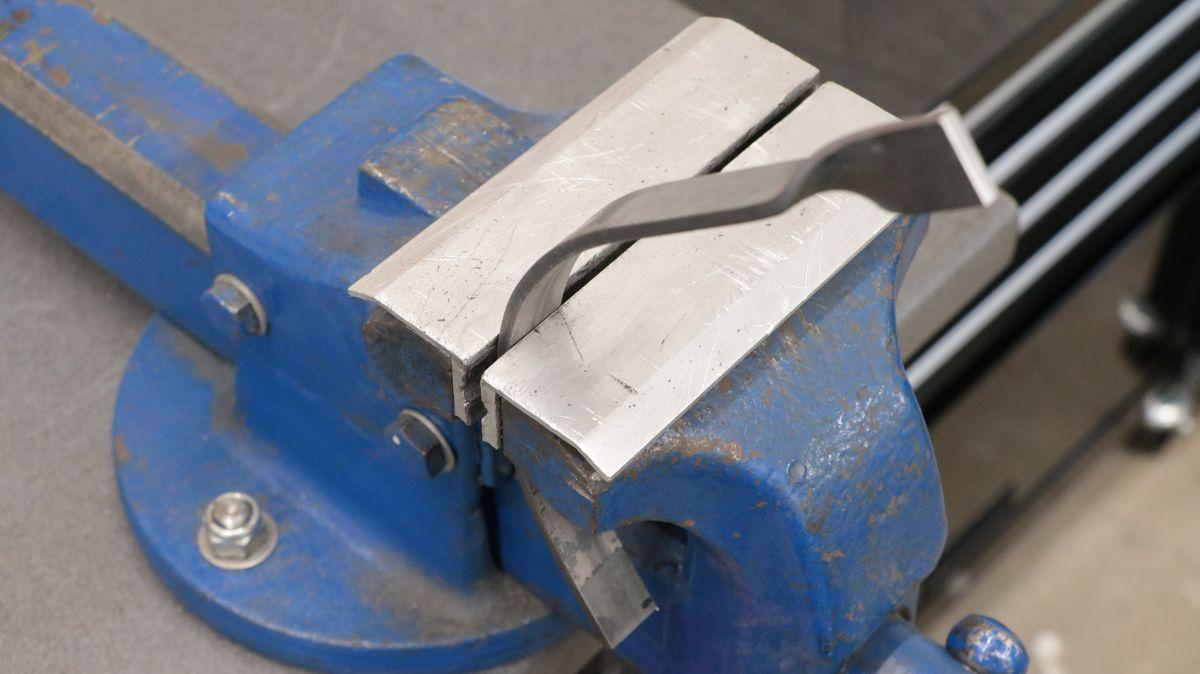 polierstation-mit-sockel-und-spritzschutz-aus-edelstahl-flachstahl-kaltumformen-handarbeit-9870f3fd.jpeg