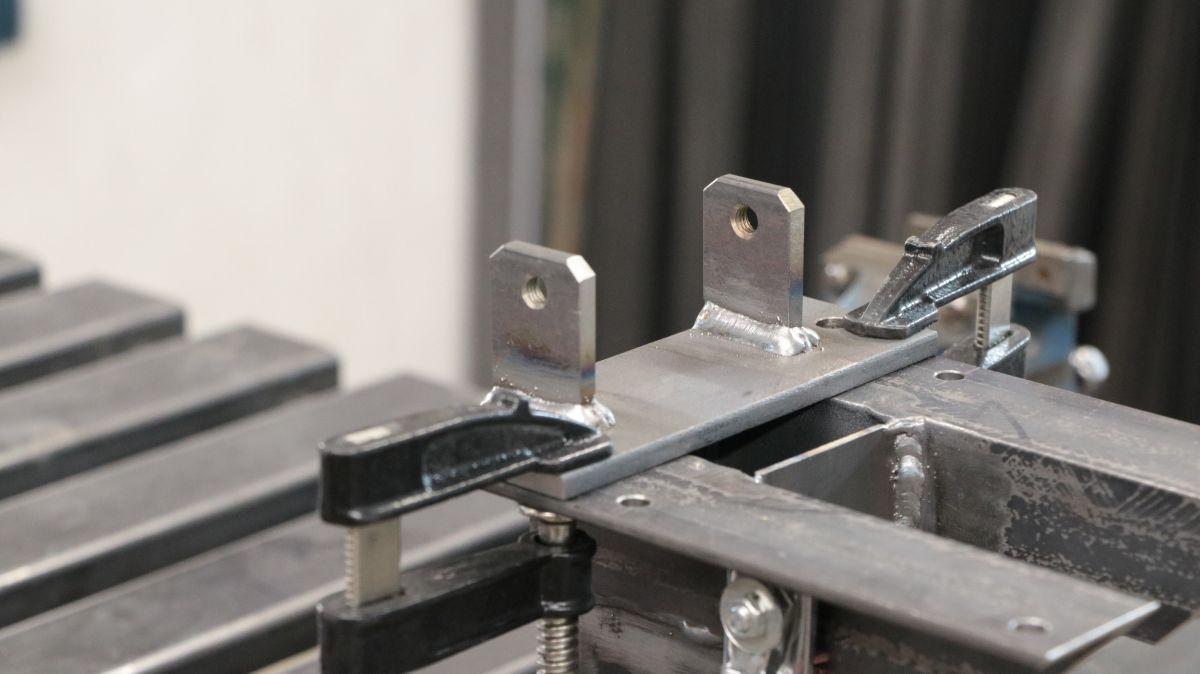 polierstation-mit-sockel-und-spritzschutz-aus-edelstahl-halter-schweissen-8c4cfa3a.jpeg